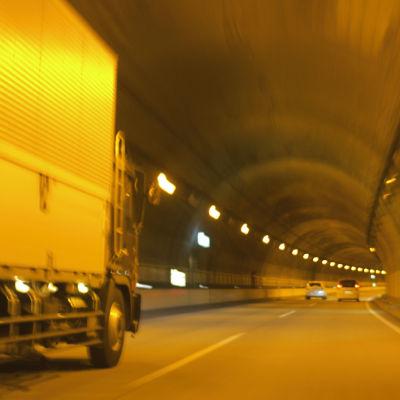 トラックの反射板の役割とは?